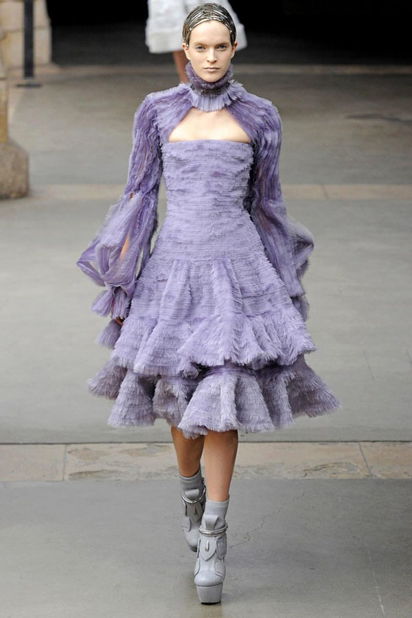 Foto de Alexander McQueen Otoño-Invierno 2011/2012 en la Semana de la Moda de París: Sarah Burton continúa con nota el legado (9/27)