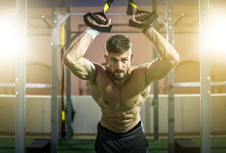 Una rutina completa de fuerza con seis ejercicios para entrenar los brazos en el gimnasio