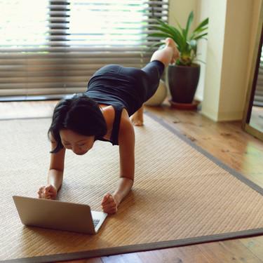 Siete ejercicios para entrenar en casa sin necesidad de material (uno para cada día de la semana)