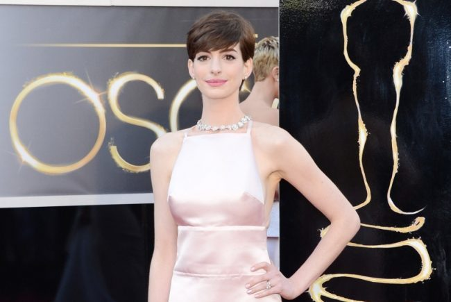 Anne Hathaway sorprendió en la alfombra roja