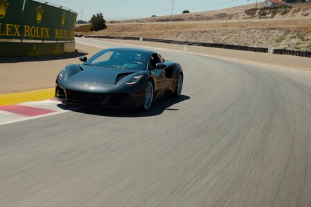 Así de bien suena el Lotus Emira exprimido por Jenson Button en Laguna Seca