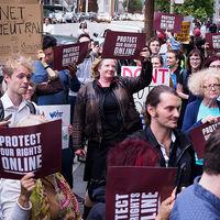 Ante la inminente muerte de la neutralidad de la red hay gente planteándose una solución: el socialismo