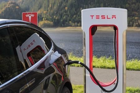 Hay quien ha estado usando los Supercharger de Tesla en Europa para cargar  gratuitamente coches eléctricos de otras marcas