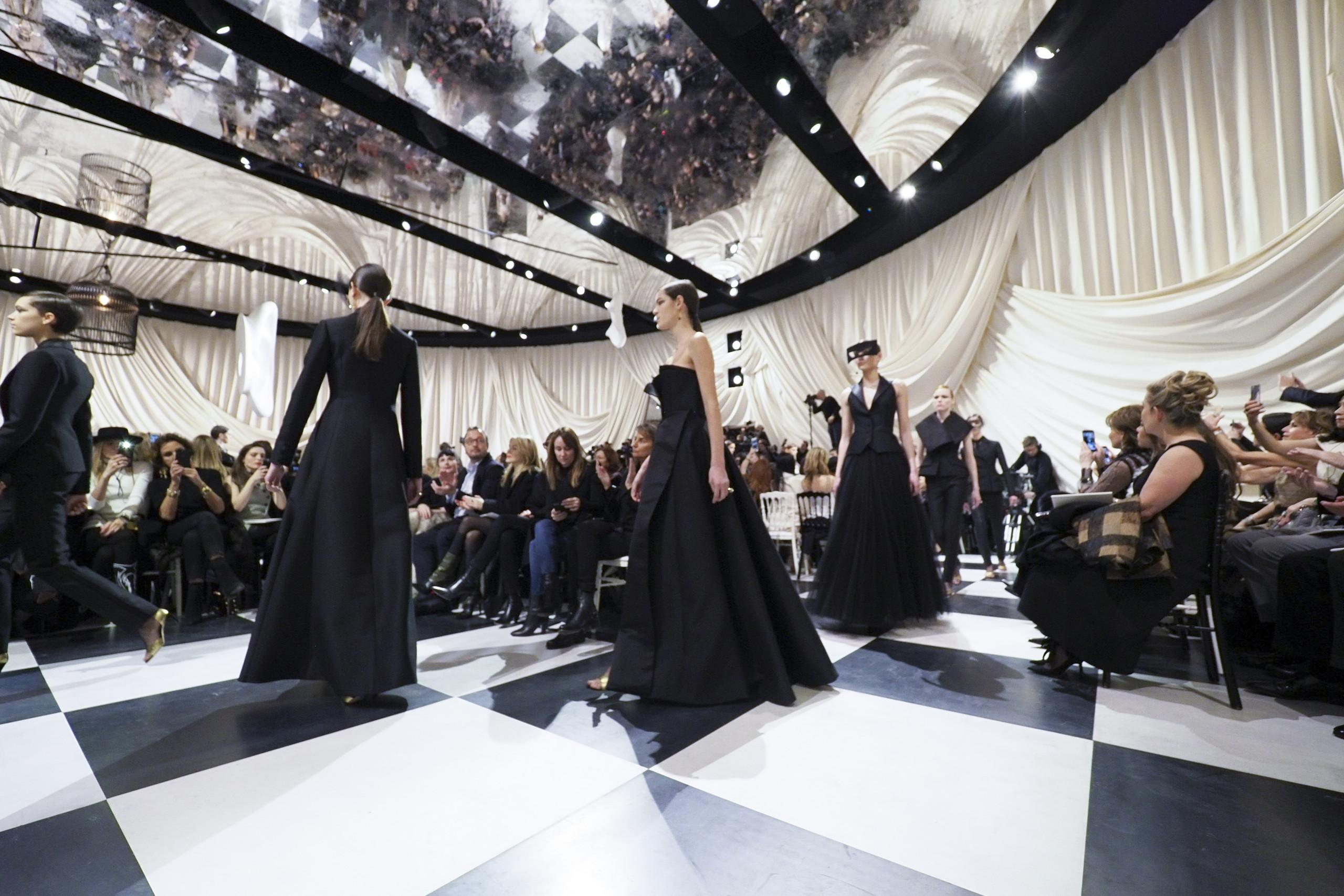 Foto de Dior Alta Costura: Maria Grazia Chiuri y su mágico desfile en blanco y negro Primavera-Verano 2018 (10/74)