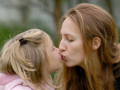 Los besos de mamá y papá son más efectivos que la homeopatía para aliviar el dolor en los niños