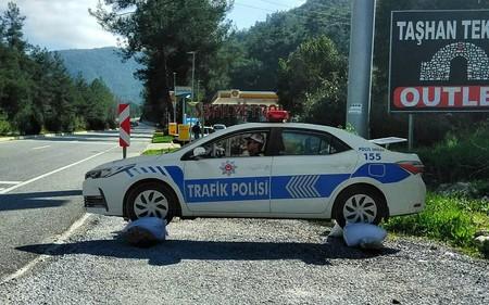 Aquí usamos radares vacíos, en Turquía usan coches de policía hechos de cartón. Y es más común de lo que parece