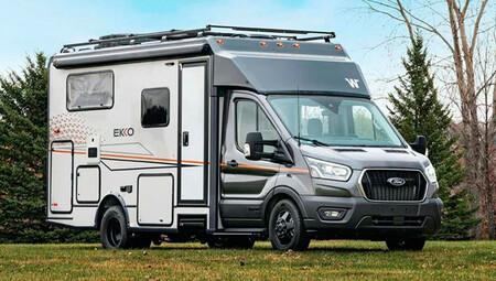 Esta Ford Transit 4x4 no es una furgoneta camper sino una completa autocaravana con dos cocinas, baño completo y paneles solares
