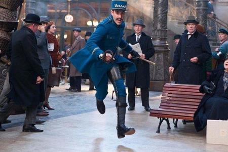 Sacha Baron Cohen da vida al inspector de la estación