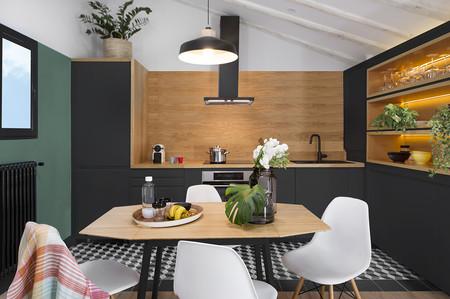 58 m2 dan para mucho en este vibrante ático de Malasaña diseñado por Egue y Seta