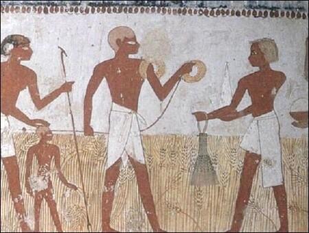 Pintura egipcia en la que aparece un hombre y una mujer rubios.