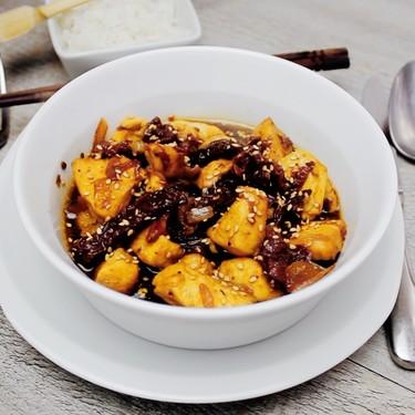 Pollo salteado con jitomates secos y salsa de soya. Receta en video