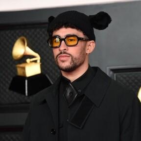 Bad Bunny abre la red carpet de los premios GRAMMY con un look en negro y falda