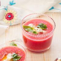 Gazpacho de tomate y sandía con ricotta y albahaca. Receta para una aperitivo lleno de color