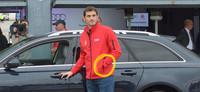 No se puede conducir con una mano escayolada, pero ¿Iker Casillas sí puede?