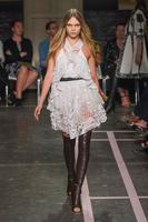 Givenchy acaba con las cejas de Cara Delenvingne (y de otras modelos) en la Semana de la Moda de Paris