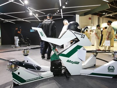 """Hoverbikes para patrullar las calles desde las alturas: así es el nuevo """"juguete"""" de la policía de Dubai"""
