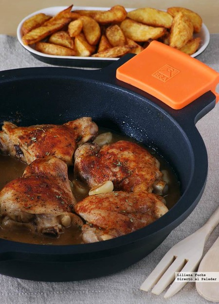 Pollo al horno en salsa de ajo y pimentón: receta con su propia salsa para mojar pan