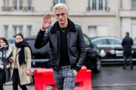 La chaqueta shearling corona el desenfado en los looks del mejor street style de la semana