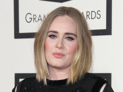 Adele muy sobria y elegante en los premios Grammy 2016