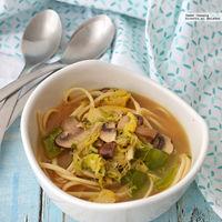 Sopa de tallarines con verduras. Receta para el Año Nuevo Chino