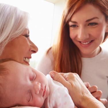 Cinco cosas que puedes hacer para ayudar cuando visitas a una madre reciente