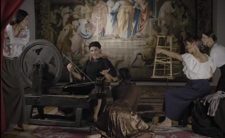 LaPili reinterpreta 'Las hilanderas' de Velázquez en su último videoclip, 'Tejedora'