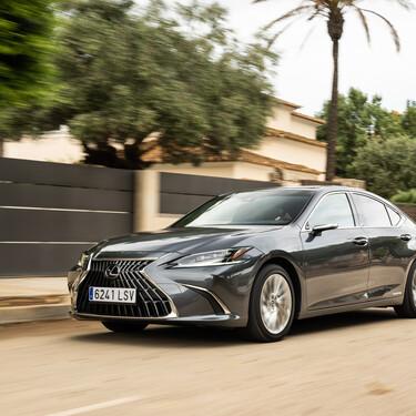 Probamos el Lexus ES 300h: una berlina híbrida con mucho confort que actualiza lo justo su sistema de infoentretenimiento