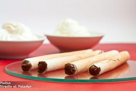 Canutillos de barquillo rellenos de crema pastelera de chocolate. Receta