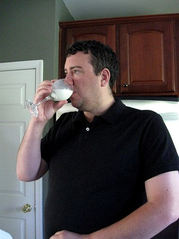 Un padre decide basar toda su dieta en la leche materna que le sobra a su hija