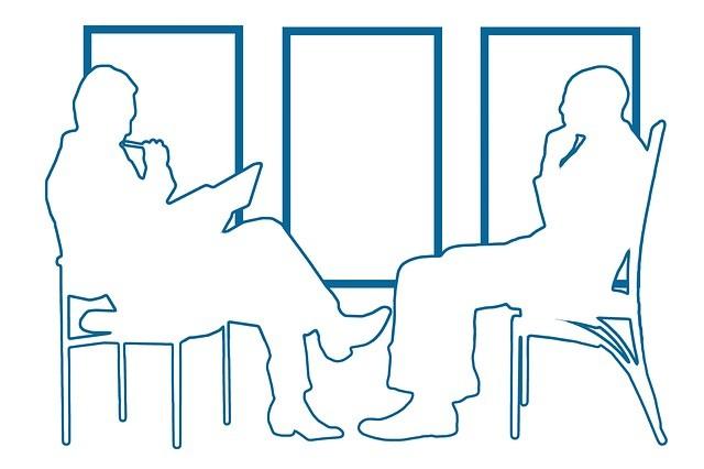 Siluetas de dos hombres simulando una entrevista laboral.