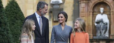 Letizia apuesta todo al gris dejando el protagonismo a sus hijas en la ceremonia de bienvenida de los premios Princesa de Asturias 2019 en Oviedo