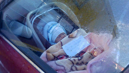 Deja al bebé en el coche con su número para avisar en caso de emergencia