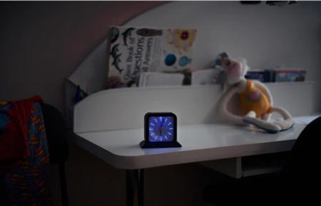 Este despertador no se apagará hasta que te levantes de la cama y lo coloques en su base