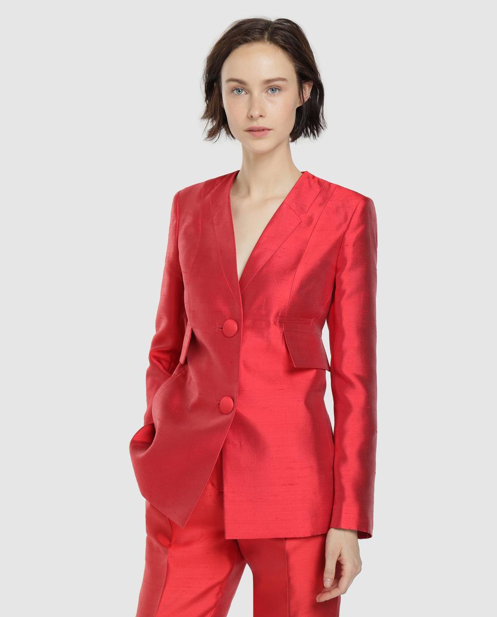 Blazer de seda con dos bolsillos laterales, solapa cruzada y cierre con dos botones.