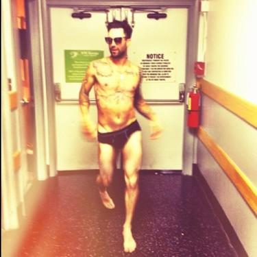 Adam Levine en calzoncillos. Por eso nos gusta el Instagram de su churri