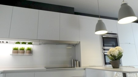Blanco y gris una mezcla refrescante de colores para la for Que color de pared para una cocina gris