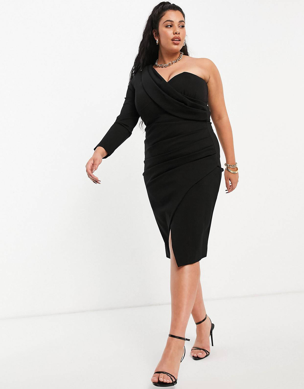 Vestido midi negro asimétrico con detalle drapeado y abertura frontal de Lavish Alice Plus