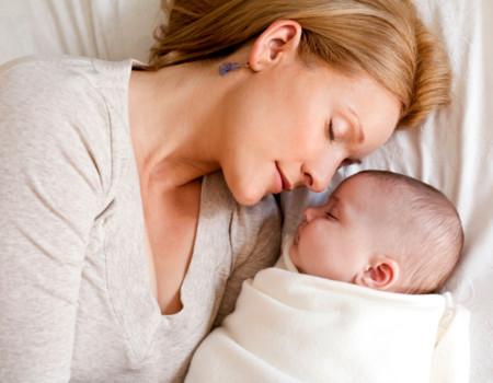 ¿Puedo dormir con mi hijo y darle de mamar sin aplastarle?