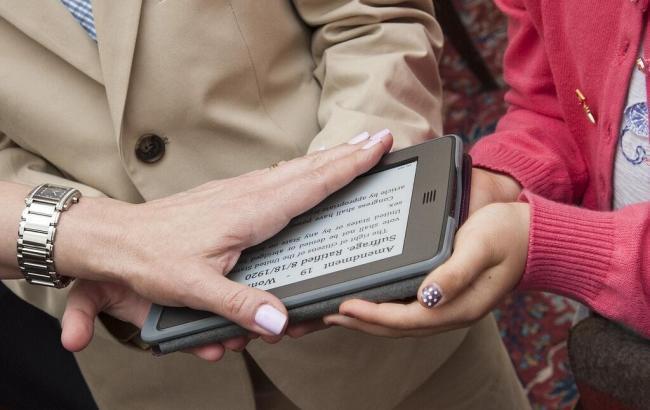El embajador que juró el cargo sobre un Kindle