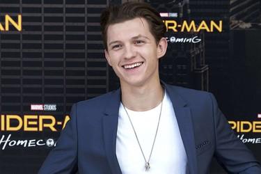Tom Holland llegó a España a promocionar 'Spider-Man' con un look que no nos convence para nada