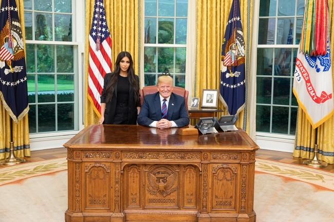 Kim Kardashian se pone un traje (en serio, ¡un traje!) para reunirse con Donald Trump