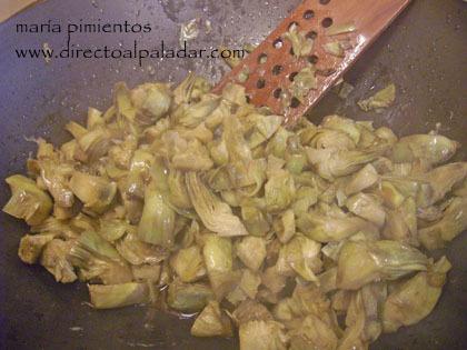 Receta de huevos fritos con chorizo y alcachofas