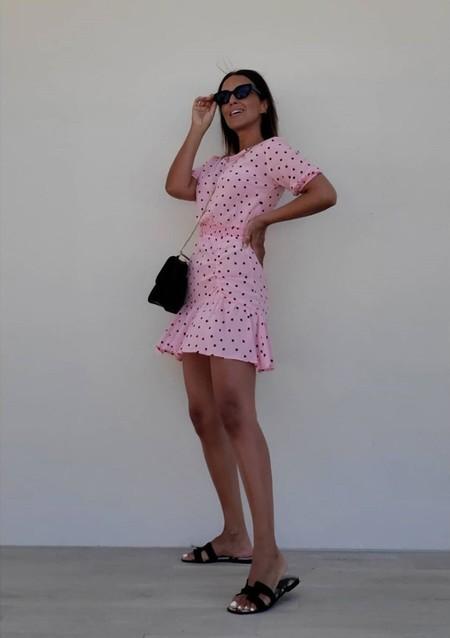 Este es el vestido de Paula Echevarría que todavía sigue de rebajas. Es de Stradivarius y cuesta menos de 16 euros