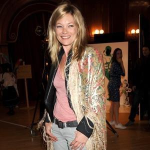 Cómo hacer del mantón de boda un complemento retro informal, por Kate Moss