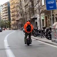 Este monociclo pillado a más de 60 km/h reabre el debate de los patinetes eléctricos y VMP