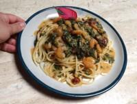 Espagueti en salsa blanca al chipotle con camarones y espinacas