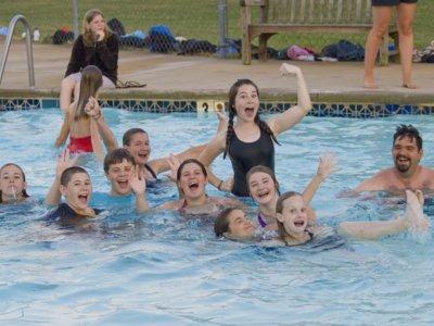 ¿Llevarías a tu hijo a una piscina que permite el nudismo?