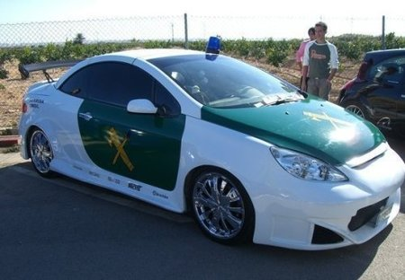"Peugeot 307 CC ""Guardia Misil"", tuning imitando a la Guardia Civil"