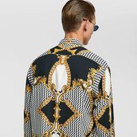 Zara se rinde al barroco de Versace y hace del exceso la clave (lowcost) del verano