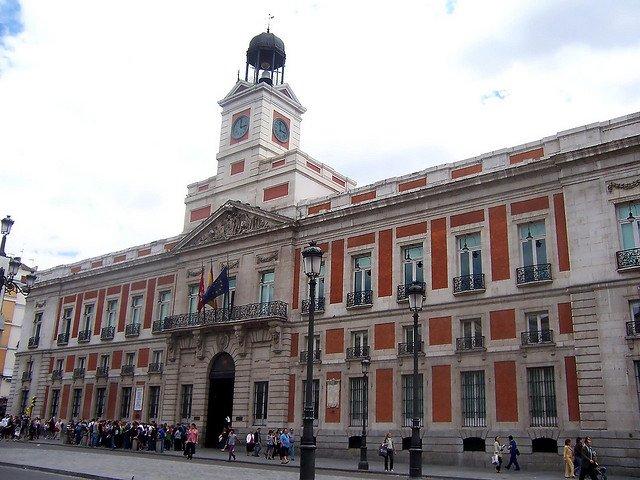 La antigua real casa de correos y el reloj de las campanadas for Edificio puerta real madrid